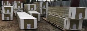 Выгруженные панели на стройплощадке